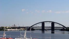 Przejście barka pod mostem zbiory