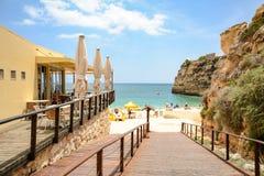 Przejście Praia da Senhora da Rocha - Wyrzucać na brzeg blisko Lagoa Algarve Portugalia zdjęcia royalty free
