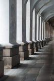 Przejście z kolumnami i światłem Obrazy Royalty Free
