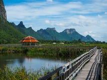 Przejście z natura widokiem jezioro i góry, Khao Sam Obrazy Royalty Free
