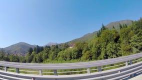 Przejażdżka przez ulistnienie lasu sceny Piękny słoneczny dzień w górach Odpoczynek południowy kraj zdjęcie wideo