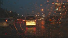 Przejażdżka w ulewnym deszczu i zmroku zbiory