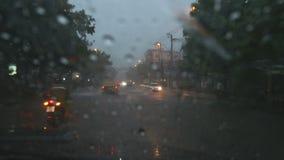 Przejażdżka w ulewnym deszczu i zmroku zdjęcie wideo