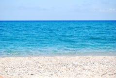 Przejrzysta głęboka błękit fala morze który łama na brzeg, Zdjęcia Stock