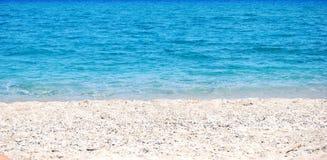 Przejrzysta głęboka błękit fala morze który łama na brzeg a Zdjęcia Stock