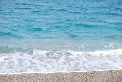 Przejrzysta głęboka błękit fala morze który łama na brzeg w Zdjęcie Stock