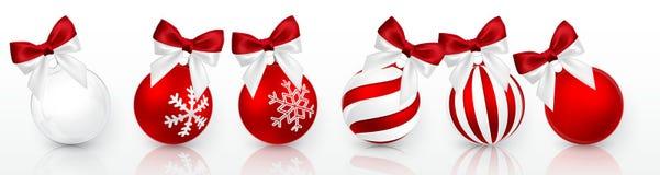 Przejrzysta i Czerwona Bożenarodzeniowa piłka z śnieżnym skutkiem i czerwony łęku set Xmas szklana piłka na białym tle Wakacyjna  ilustracja wektor