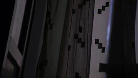 Przejrzysta Nadokienna zasłona na wiatrze przy nocą zdjęcie wideo