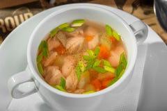Przejrzysta polewka z kurczakiem, marchewkami i zieleniami, zdjęcie stock