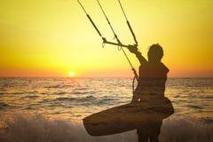 Przejrzysta sylwetka kania surfingowiec przy zmierzchem Zdjęcia Royalty Free