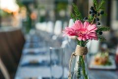 Przejrzysta szklana waza z colourful bukietem kwiaty przeciw zdjęcie stock