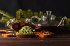 Przejrzysta szklista herbaciana filiżanka z herbatą na czarnym tle Fotografia Royalty Free