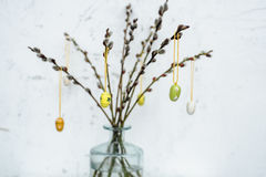 Przejrzysta waza z gałąź dekorował z drewnianymi jajkami dla Easter Fotografia Royalty Free