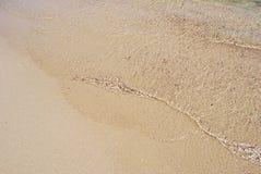 Przejrzyste i lekkie fala na złotym seashore Zdjęcia Royalty Free