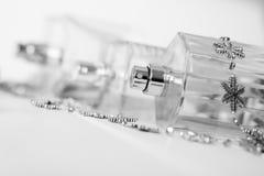 Przejrzyste pachnidło butelki z aptekarkami kłamają na białej powierzchni Piękno przemysł obraz stock