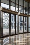 Przejrzysty drzwi nowożytny budynek Obrazy Royalty Free