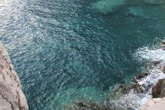 Przejrzysty morze śródziemnomorskie zielonawy z wybrzeża Montenegro zdjęcia stock