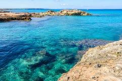 Przejrzysty morze w Es Calo zatoczce w Formentera, Hiszpania Zdjęcia Royalty Free