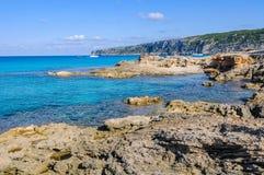 Przejrzysty morze w Es Calo zatoczce w Formentera, Hiszpania Fotografia Stock