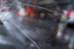 Przejrzysty parasol z dżdżystymi kroplami zamkniętymi up na ulicznym mieście zaświeca tło ilustracji