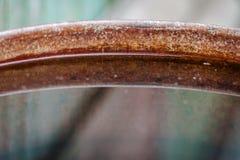 Przejrzysty piękny odbicie w wodnej ośniedziałej żelazo baryłce obraz stock