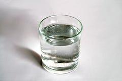 Przejrzysty szklany pełny woda blisko butelki woda mineralna Zdjęcie Stock