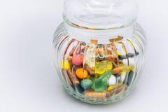 Przejrzysty szklany słój wypełniający z kolorowym cukierkiem Obraz Stock