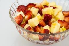 Przejrzysty szklany talerz w truskawki i jabłka bloku bloku Fotografia Royalty Free