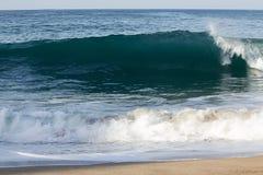 Przejrzysty tourqouise błękita fali tubki łamanie z pianą na linii brzegowej z backspray i backwash, obrazy stock