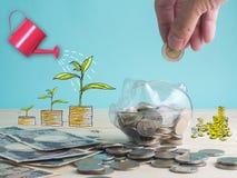 przejrzysty widzii prosiątko banka wypełniającego z monetami na białym tle Zdjęcie Royalty Free