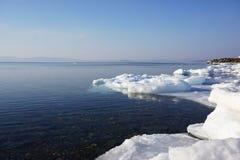 Przejrzysty wodny zimy morze Obrazy Stock