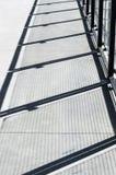 Przekątna cienie na cementowym przejściu od metalu i szklanej panel bariery zdjęcie royalty free
