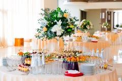 Przekąsek, ryba i mięsa specjalność na bufecie, Desery Galowy przyjęcie słuzyć stoły catering fotografia stock