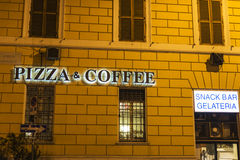 Przekąska baru znak iluminujący przy nocą w Rzym, Włochy Fotografia Royalty Free