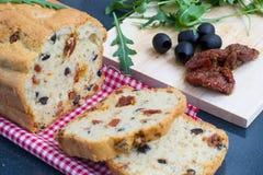 Przekąska chleb z pomidorami i oliwkami zdjęcia royalty free
