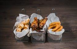 Przekąska dla piwa w postaci bryłka sera dzwoni i pieczony kurczak iść na piechotę Obraz Stock