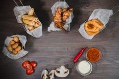 Przekąska dla piwa w postaci bryłka sera dzwoni i pieczony kurczak iść na piechotę Obraz Royalty Free