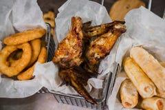 Przekąska dla piwa w postaci bryłka sera dzwoni i pieczony kurczak iść na piechotę Fotografia Royalty Free