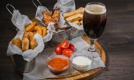 Przekąska dla piwa w postaci bryłka sera dzwoni i pieczony kurczak iść na piechotę Fotografia Stock