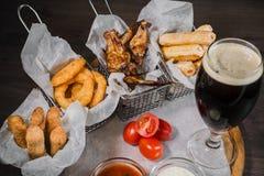 Przekąska dla piwa w postaci bryłka sera dzwoni i pieczony kurczak iść na piechotę Zdjęcie Royalty Free