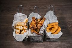 Przekąska dla piwa w postaci bryłka sera dzwoni i pieczony kurczak iść na piechotę Zdjęcia Royalty Free