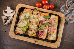 Przekąska piwo w postaci kanapek z mięsem Obrazy Stock