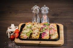 Przekąska piwo w postaci kanapek z mięsem Fotografia Stock