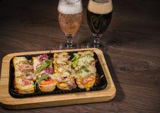 Przekąska piwo w postaci kanapek z mięsem Fotografia Royalty Free