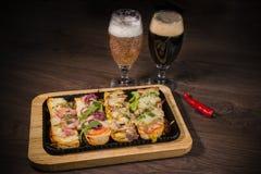 Przekąska piwo w postaci kanapek z mięsem Obrazy Royalty Free
