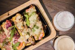 Przekąska piwo w postaci kanapek z mięsem Zdjęcia Royalty Free