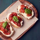 Przekąska set Brushetta z czereśniowymi pomidorami, czosnkiem, kremowym serem i basilem, Wolny jedzenie, partyjny karmowy pojęcie zdjęcia royalty free