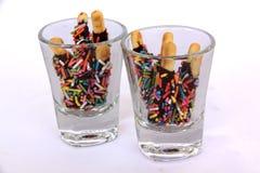 Przekąski czekolada w szklanej filiżance kropiącej z cukrowym kolorem Obrazy Stock