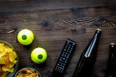 Przekąski dla oglądać sporta dopasowanie na drewnianego tła odgórnym widoku mo Obraz Royalty Free
