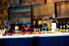 Przekąski i szkła wino na kontuarze fotografia royalty free